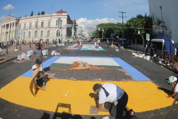 Feligreses elaboran la alfombra frente a catedral metropolitana, el viernes santo. Foto Diario Co Latino/Jorge Rivera.