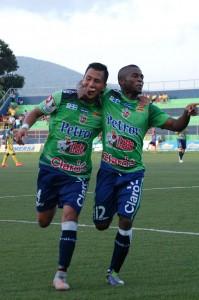 Juan Barahona (izquierda) festeja el cuarto gol de Santa Tecla con su compañero de equipo. Foto Diario Co Latino/ Josué Parada.