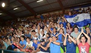 La afición salvadoreña ha apoyado incondicionalmente a su selección en el Gimnasio de Voleibol. Foto Diario Co Latino/ AFECAVOL.