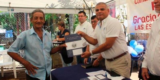 Familias de comunidad Río Chiquito reciben títulos de propiedad