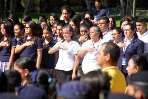 Estudiantes de centros escolares cercanos a Casa Presidencial acompañaron el canto del Himno Nacional. Foto Diario Co Latino / Josué Parada