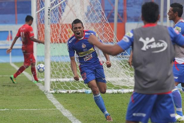 Otoniel Salinas festeja tras anotar el tercer gol en la victoria de Isidro Metapán 4-0 sobre la UES. Foto Diario Co Latino/ Wilfredo Lara.