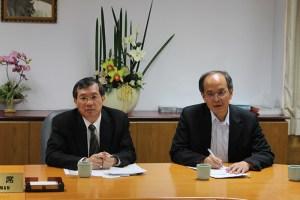 Chin-Sung Cheng (derecha) brinda conferencia de prensa a medios internacionales. Foto Antonio Valencia/Diario Co Latino.