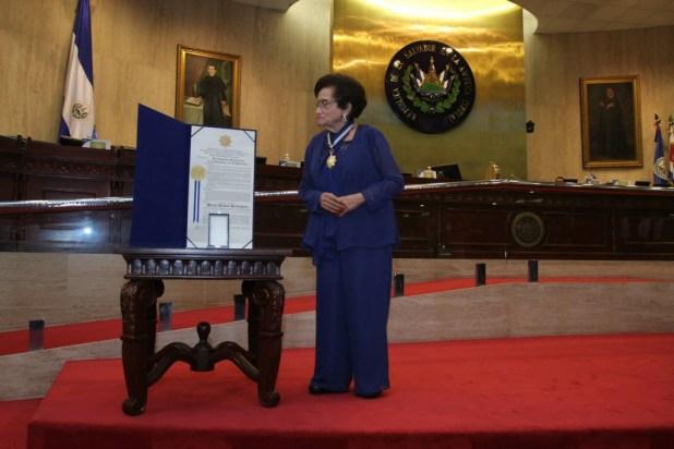 María Isabel Rodríguez, ex ministra de Salud,  recibió un reconocimiento por su trayectoria profesional y humanitaria de parte de la Asamblea Legislativa. Foto Diario Co Latino