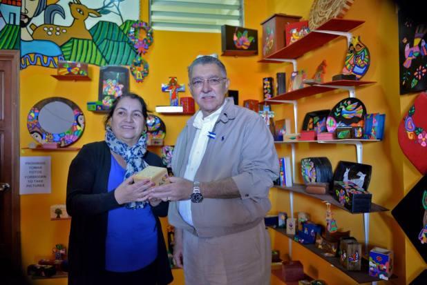 Ministro de Turismo, Lic. José Napoleón Duarte junto a Estela Pelera, propietaria del Taller de artesanías Paty, en La Palma Chalatenango