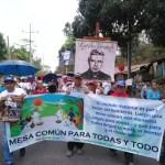 Cientos de personas participan en peregrinación al conmemorar el martirio  de Rutilio Grande, hace 39 años, perpetrado por los Escuadrones de la Muerte. Foto Diario Co Latino/Josué Parada.