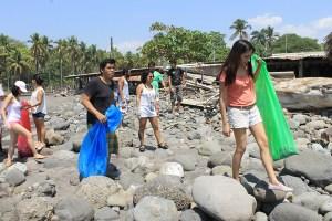 """La actividad colectiva incluyó la limpieza este fin de semana en la playa El Zonte, en La Libertad, como parte de """"Un Pulmón Más"""". Los organizadores recolectaron desechos sólidos como plásticos, llantas, entre otros. Foto Diario Co Latino/Iván Escobar."""