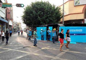 Empleados de la Alcaldía de San Salvador trabajan en el centro histórico de San Salvador en el marco del reordenamiento . Foto Diario Co Latino/David Martinez