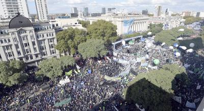 Masiva manifestación de sindicatos de Argentina contra ajustes del gobierno