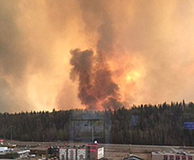 Canadá: 17.000 evacuados atraviesan Fort McMurray, ciudad afectada por incendios