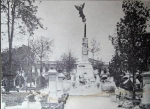 El ángel del monumento de la Plaza Libertad casi se derrumba luego del terremoto del 7 de junio de 1917 tras la erupción del Volcán de San Salvador. Foto Diario Co Latino.