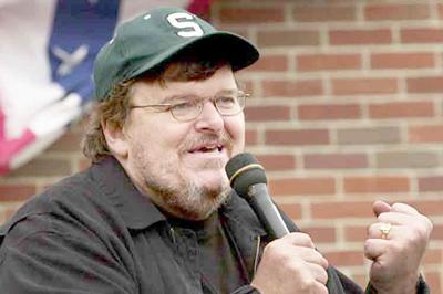 Cineasta Michael Moore llama a desafiar al gobierno de Trump