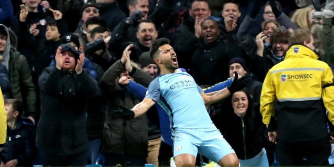 Liverpool tropieza y el City vence con diez hombres