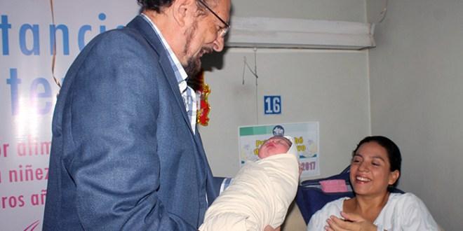 Primer bebé de 2017 recibe insumos por parte del ISSS