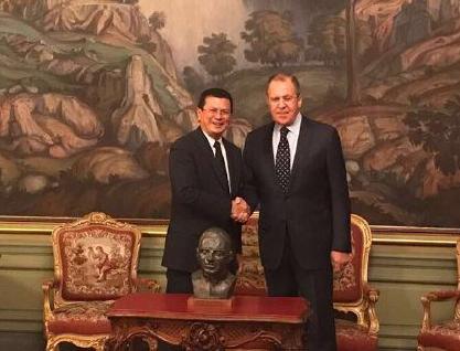 Hugo Martínez entrega busto de Beato Monseñor Romero a ministro ruso