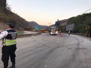 Autoridades de Gobierno anuncian la reapertura de un carril, en sentido que conduce de Santa Ana a San Salvador, con horarios controlados y paso restringido. Foto Diario Co Latino.