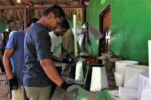 Jóvenes de San Luis La Herradura, en La Paz elaboran productos con hojalata y metal. Foto Diario Co Latino/ Rosmeri Alfaro