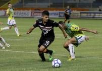 Ibsen Castro, del Águila, supera la marca de un jugador de Sonsonate, en el partido que los emplumados ganaron 2-0. Foto Diario Co Latino/ Ludwin Vanegas.