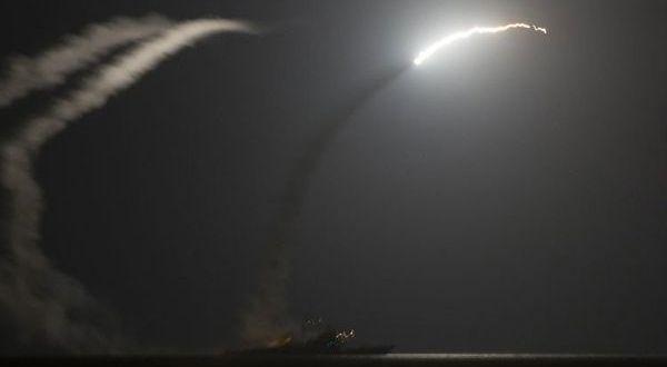 EE.UU. ataca base aérea en Siria con decenas de misiles