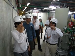 José Zepeda, director ejecutivo de CEL, explica a los representantes de organismos financieros detalles de expansión de central hidroeléctrica. Foto Diario Co Latino/ Oscar López