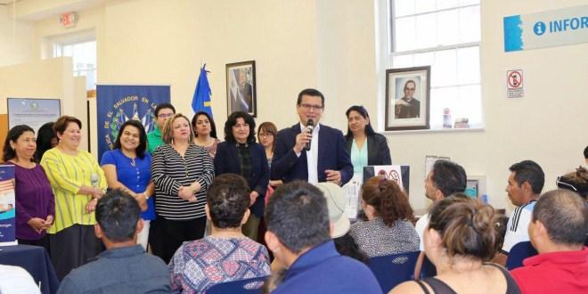 Canciller participa en jornada de asesoría con comunidad salvadoreña