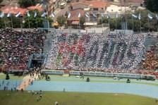 """Jóvenes participan portando la Bandera Nacional en el estadio Jorge """"Mágico"""" González, durante la celebración de la Independencia de Centroamérica. Foto Diario Co Latino."""
