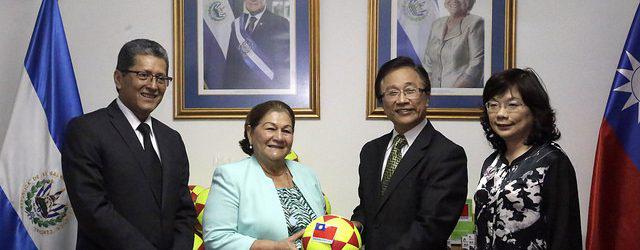 Primera Dama recibe donativo de fundación taiwanesa Care To Help