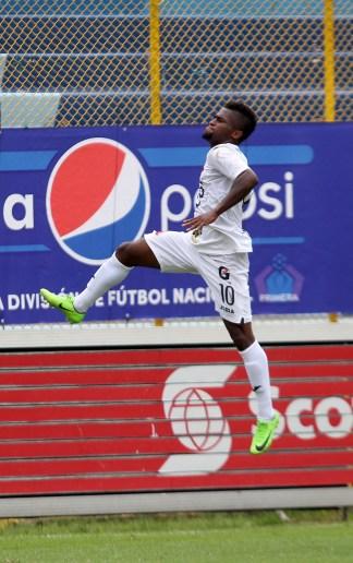 Luis Hinestroza festeja tras anotar el tercer gol en el partido que Alianza ganó 4-1 a Audaz. Foto Diario Co Latino/Juan Carlos Villafranco