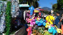 Comerciantes venden flores artificiales en la entrada del cementerio de Mejicanos, conmemorando el Día de los Santos Difuntos. Foto Diario Co Latino/Patricia Meza.