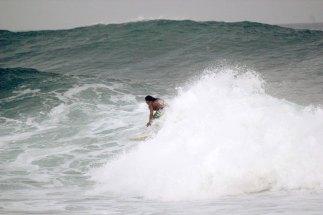 La calidad de las olas y el ambiente de las playas salvadoreñas son los atractivos naturales que se ofertan al turismo internacional a través de programas impulsados por CASATUR y otras instituciones gubernamentales. Foto Diario Co Latino/Guillermo Martínez.