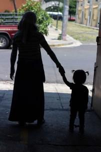 Los hijos siguen los caminos de sus madre, y estas tratan de que esos caminos sean buenos, a pesar de las adversidades, entre esas ser madres solteras. Foto Diario Co Latino/ Juan Carlos Villafranco.