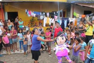 Grandes y pequeños disfrutan de la quiebra de piñatas como parte de las actividades recreativas para las familias afectadas por la catástrofe de la erupción del volcán de Fuego, Guatemala, que dejó a más 2 mil 500 damnificados y 112 fallecidos. Foto Diario Co Latino/Ricardo Chicas Segura.