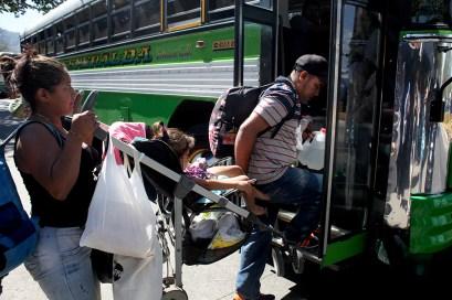 A la altura del Poliedro los migrantes decidieron abordar autobuses para llegar más rápido a su destino. Foto Diario Co Latino/ David Martínez.