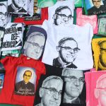 Detalles de camisas alusivas a Monseñor Romero. Fotos: Dennis Argueta.