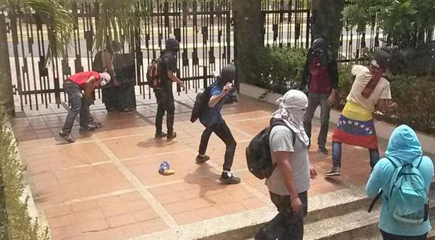 #25M Reportan 6 detenidos durante protestas en URU, dos de ellos golpeados