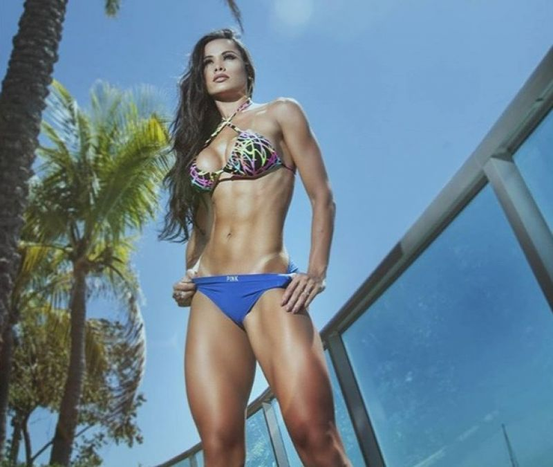 Com direito a puxadinha 'fatal', Fernanda D'Avila mostra corpão em foto