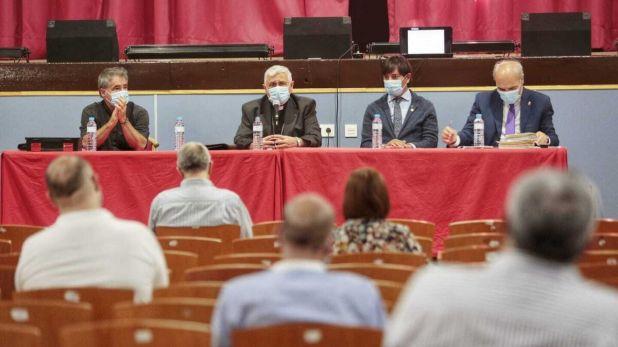 Juan Carlos Jurado, en la esquina de la mesa presidencial en un pleno de hermanos mayores.
