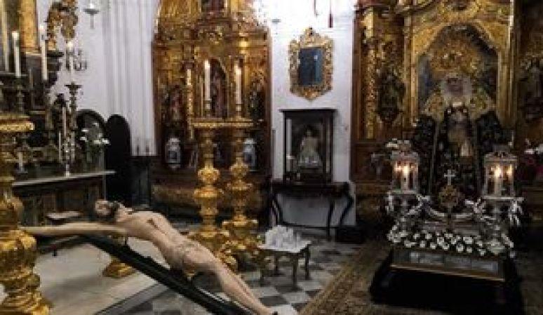 Curiosa estampa que ofrece la capilla de Servitas, con el Cristo de la Salud y Buen Viaje junto a la Virgen de los Dolores.