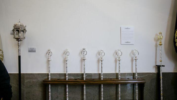Las nuevas varas del Caído, en la exposición de su capilla.