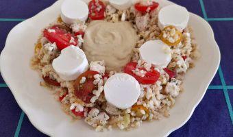 Ensalada de arroz, pollo y rulo de cabra
