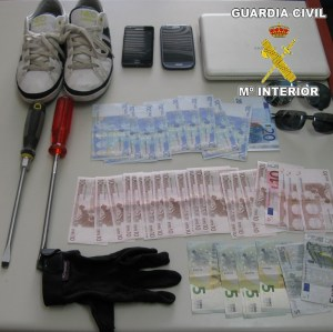 Guardia Civil arrest two people for allegedly burgling homes in the Vega Baja