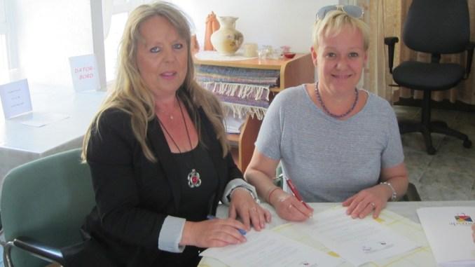 Firma Acuerdo 2015 Carina Andersson-Caridad Salmerón