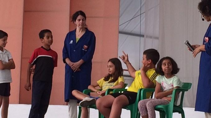 Alumnos del Martín Artigot participando en el taller 'Un mismo corazón'