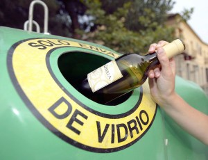 Torrevieja impulsa el reciclaje de vidrio entre los establecimientos de la localidad