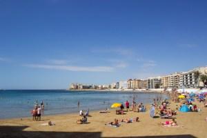 Torrevieja multará con 600 euros a los bañistas que permanezcan en la playa fuera del horario de 8.30 a 20.30