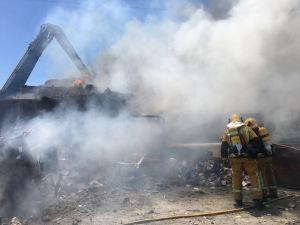 Susto en un desguace de Orihuela al incendiarse uno de sus contenedores