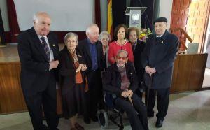 El IES Gabriel Miró premia con la insignia del centro a cinco exprofesores por su trayectoria
