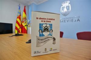 Torrevieja pone en marcha la campaña de concienciación 'El monstruo de las toallitas'