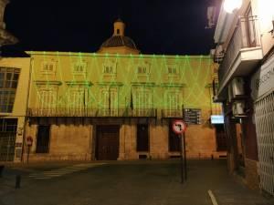 El Ayuntamiento de Orihuela se ilumina de verde cada noche en homenaje a todo el personal sanitario