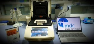 Un laboratorio de Orihuela cede a los hospitales de la provincia una máquina capaz de realizar 96 test a la hora para detectar el Covid-19